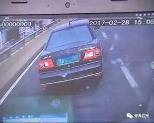 小车故意挡救护车 病人经抢救无效死亡私家车司机行为惹众怒