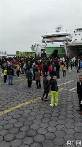 广东渔船触礁进水:现场风浪较大周边礁石密集 给救助增加了很大的难度