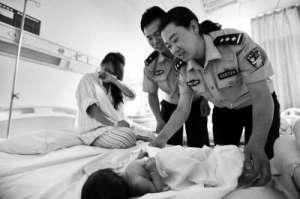 孕妇临盆躺路边 民警救助母子平安