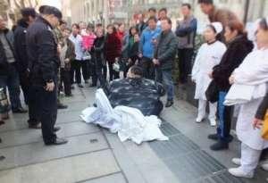 440斤重男子摔倒 20余人共同努力耗时2个小时将其扶起