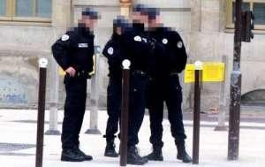 法国警员暴力执法 律师:年轻人试图逃跑时跌倒自己坐到警棍上而受伤