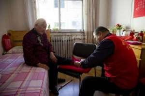 退休教师义务修脚 修剪时为了让老人更舒服还专门去修脚店学了学