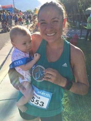 美国妈妈边跑马拉松边挤母乳 运动喂娃两不误