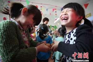 立夏:民间流行斗蛋游戏 儿童系五色丝线辟邪