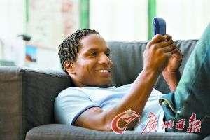 """小心手机病缠上你 """"短信脖""""""""短信拇指病""""增加"""