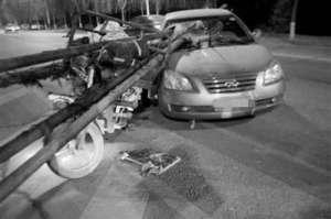 轿车遭钢管一箭穿心 4根钢管从轿车前挡风玻璃穿进司机躲过一劫