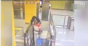男子强吻保洁阿姨 从背后用手掰过脸实施强吻时间持续约2秒钟