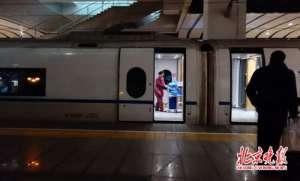 夫妻高铁往返上班 大城市承载着梦想吃点苦也值得