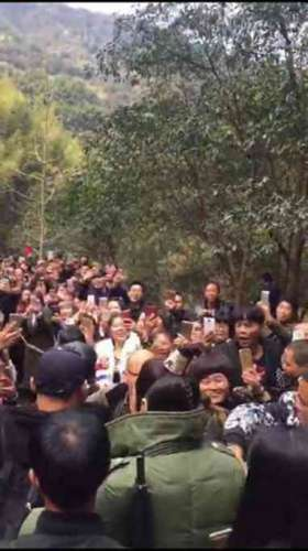 黄晓明拍戏遭围观 网友:晓明哥在雁荡山拍戏,希望没被我们的热情吓到