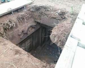扩建鱼塘挖出古墓 发现石棺盖及泥人泥马等文物