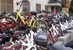医院门口单车成山 说好的沟通呢?是谁把它们堆在一起的