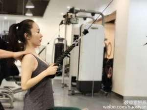 霍思燕健身房训练挥汗如雨 纤细手臂雪白皮肤犹如少女般清纯漂亮