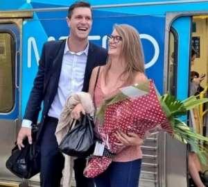 暖男地铁求婚 10年前与女友相识于此,愿与车上乘客共享甜蜜