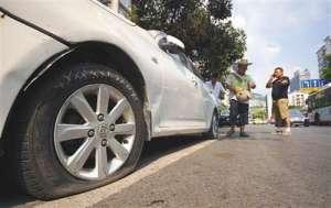 男子戳爆十车车胎 仇富心理作怪别人有汽车自己却只有电动车
