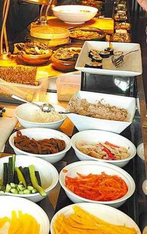 """四川高人头顶传菜 看得食客们瞠目结舌的""""打盆""""是先滩镇所独有的"""