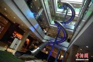 重庆商场高空滑梯 网友:这是吸引顾客购物还是满足顾客追求刺激?