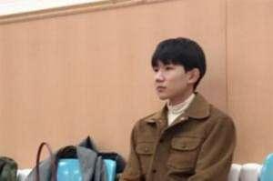 王源向韩红取经 在一旁认真听讲学习显得十分谦虚谨慎