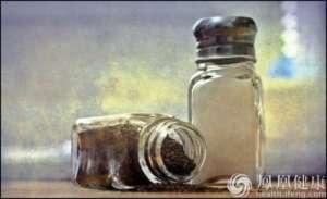 夏季口淡 高血压患者要少吃盐