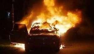 男子发泄苦闷烧车 用打火机点燃车后座导致车辆起火燃烧