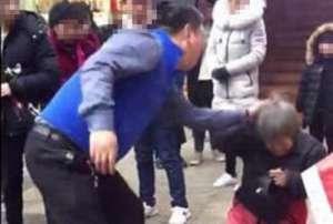 老人跪地遭儿暴打 警方:该男子患有精神疾病,已经被送医治疗