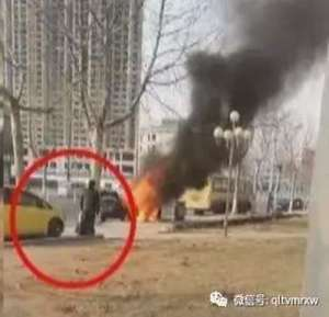 轿车起火烧死2岁女娃 父亲无法施救跪地痛哭