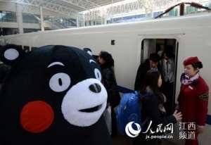 熊本熊求婚列车长 小情侣聚少离多深情一吻让这份记忆永存
