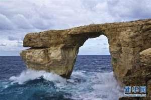 马耳他景点坍塌 蓝窗下方海浪汹涌拱石突然塌入大海