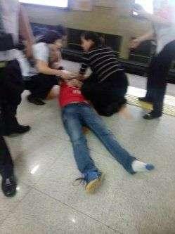 1号线乘客突然晕倒 过路护士急救