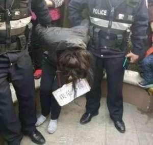 女子胸前挂牌示众 吃瓜群众:勿以善小而不为,勿以恶小而为之