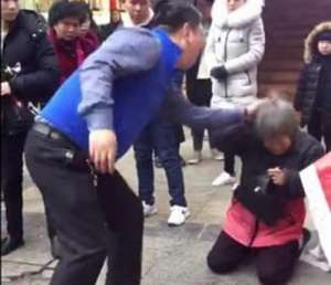 老人跪地遭儿当街暴打 不断抽打头部被打的不停哭叫