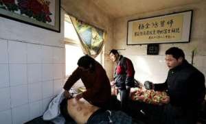 """村医烧掉病人欠条 中国""""最傻""""村医48年没给家里挣过一分钱"""