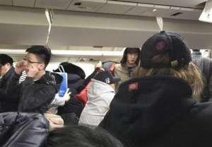 EXO朴灿烈乘飞机 每袋墨镜口罩被赞态度亲民