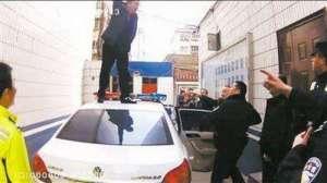 男子酒驾被查踩警车打骂交警 网友:酒量不行酒品更差
