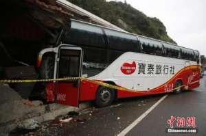 台湾载陆客大巴撞民宅 乘客与导游均平安司机不幸去世